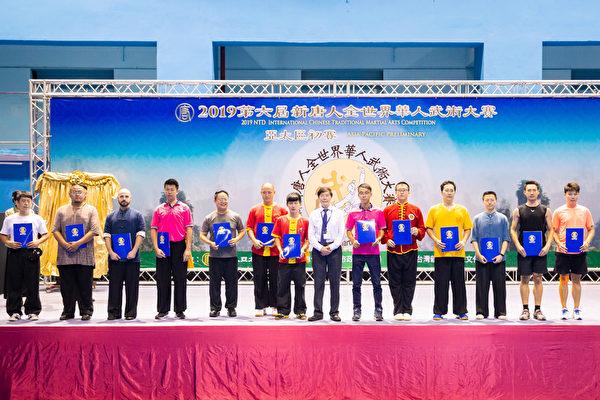 第六屆新唐人「全世界華人武術大賽」亞太區初賽6月8日在台北體育館舉行,本次比賽高手雲集,競爭激烈,最終有123名好手入圍複賽。圖為男子器械組入圍者合照。(陳柏州/大紀元)