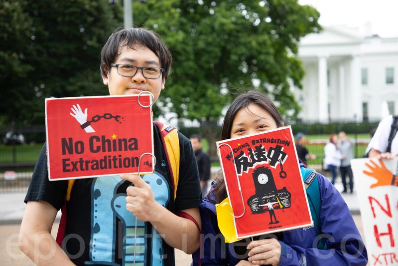 來自香港的曾太太說,她和先生今天到白宮前參加集會,是為了「做自己的本分」。(林樂予/大紀元)