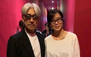 台灣音樂藝術家雷光夏(右),日前先獲邀主持《坂本龍一:終章》映後座談會,與心目中偶像大師坂本龍一(左)相見歡。