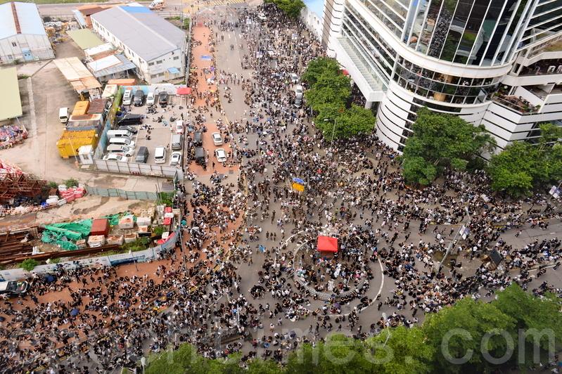 12日,大批反修例的市民包圍立法會大樓。(宋碧龍/大紀元)