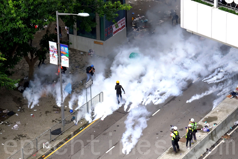 警方在添美道再發射多枚催淚彈。(李逸/大紀元)