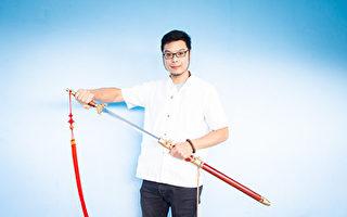支持新唐人武术大赛 陈重智馆长赠七把名剑