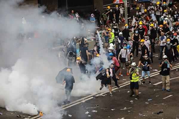 2019年6月12日,香港「反送中」示威衝突升高,警方下午在立法會旁對示威者施放至少10枚催淚煤氣和多次射擊橡膠彈,造成多人受傷。(DALE DE LA REY/AFP/Getty Images)
