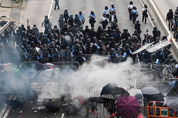 2019年6月12日,香港警方在立法會旁對示威者施放至少10枚催淚煤氣和多次射擊橡膠彈,造成多人受傷。(ANTHONY WALLACE/AFP/Getty Images)