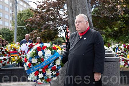 「美國冷戰老兵組織」主席Charles Nalls為共產主義死難者獻花圈。(林樂予/大紀元)