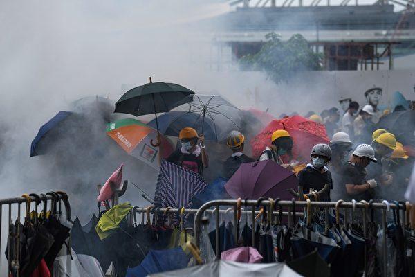 2019年6月12日,示威者戴上眼罩和口罩,防禦警察施放的催淚煤氣與橡膠子彈。(ANTHONY WALLACE/AFP/Getty Images)