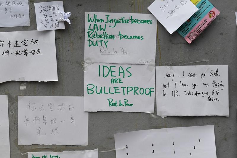 市民紛紛到太古廣場入口,將悼念字條獻給死者。(ANTHONY WALLACE/AFP/Getty Images)