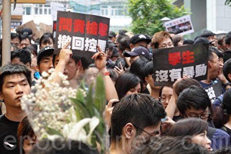 2019年6月16日,香港參加反送中大遊行的市民高舉各種自製標語。(余鋼/大紀元)  絕食抗爭 「繼續保護我們愛的香港」