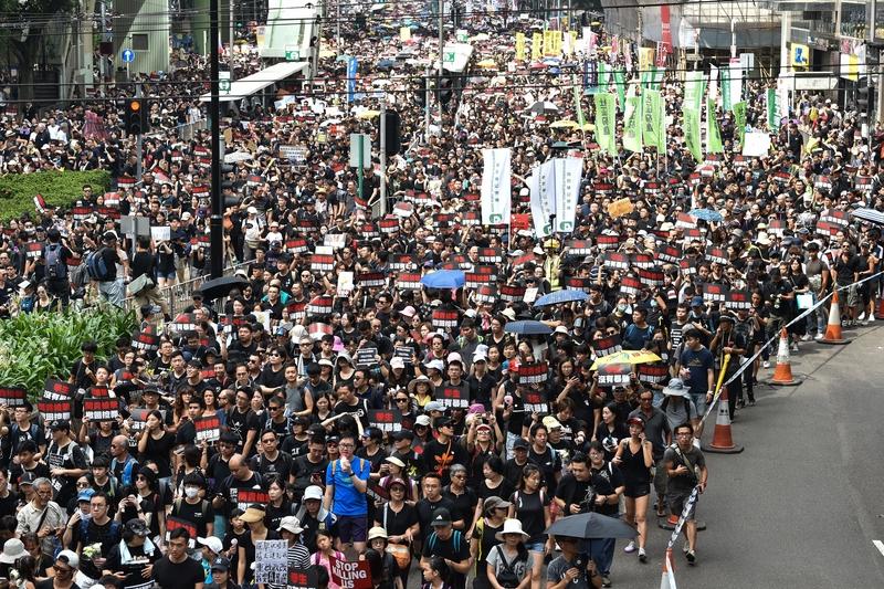 2019年6月16日,香港,參加反送中遊行的人潮擠滿街道。(HECTOR RETAMAL/AFP/Getty Images)