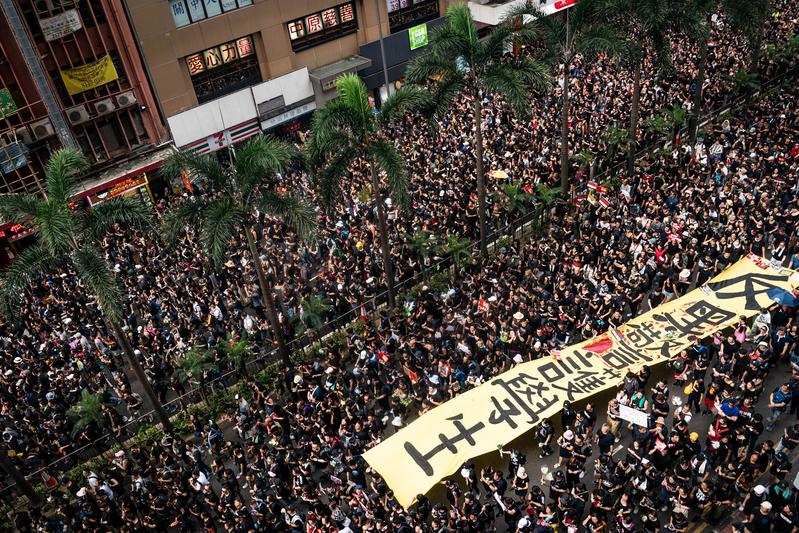 6月16日,香港有200萬人參加「反送中」遊行,在700多萬人的城市裏,近三成的人走上街頭,至今沒有任何有關車輛被砸或店舖被騷擾的新聞或影片出現。(Anthony Kwan/Getty Images)