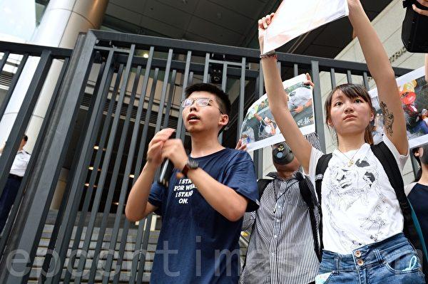2019年6月21日,香港眾志的黃之鋒(左)在金鐘呼籲在場人士包圍警察總部,並要求與警務處處長盧偉聰會面。(宋碧龍/大紀元)