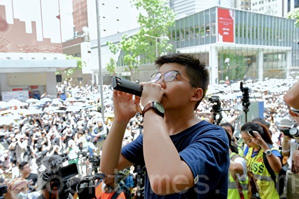 2019年6月21日,香港眾志的黃之鋒在金鐘呼籲在場人士包圍警察總部,並要求與警務處處長盧偉聰會面。(宋碧龍/大紀元)