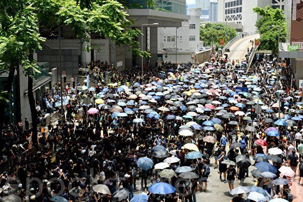 2019年6月21日,香港學界及民間升級抗議行動,下午包圍灣仔警察總部。(宋碧龍/大紀元)