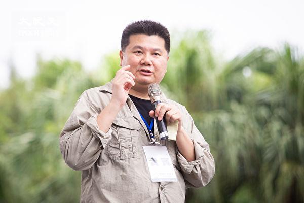 「拒絕紅色媒體、守護台灣民主」活動6月23日在總統府前凱達格蘭大道舉行,導演李惠仁上台發言。(陳柏州/大紀元)