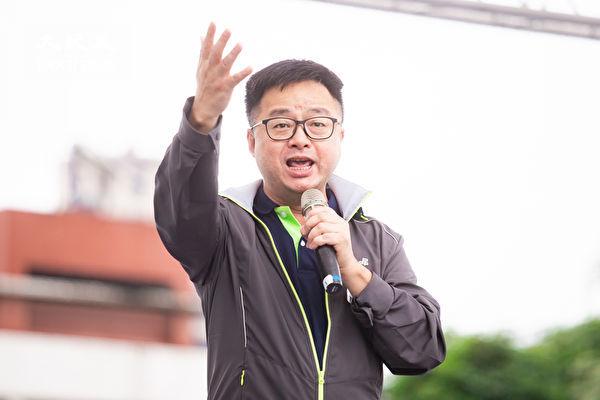 「拒絕紅色媒體、守護台灣民主」活動6月23日在總統府前凱達格蘭大道舉行,民進黨秘書長羅文嘉上台發言。(陳柏州/大紀元)