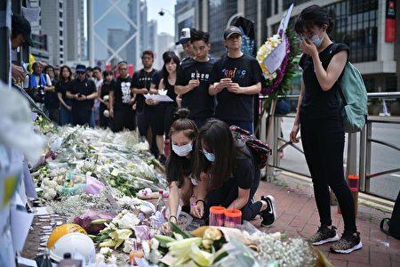 图为香港民众献花悼念为抗议送中恶法坠楼身亡的男子。