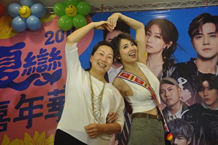县长徐榛蔚和艺人阿喜(右)两人摆出心型俏皮姿势合照。