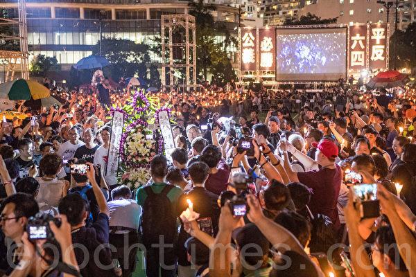 今年6月4日香港維園舉行六四燭光悼念30周年晚會,支聯會宣佈有18萬人參加,為雨傘運動後最多人參加。(余鋼/大紀元)