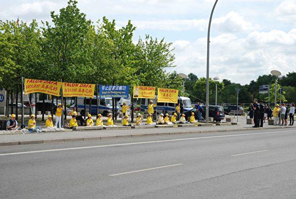 柏林法輪功學員在德國總統府對面和平抗議中共迫害。(明慧網)