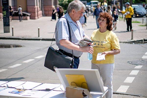 法輪功學員在基輔市中心向民眾講真相。(明慧網)