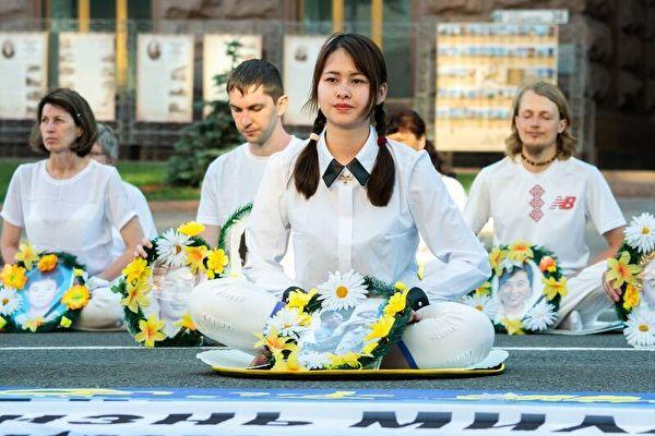 法輪功學員在基輔市中心悼念被中共迫害致死的中國大陸法輪功學員。(明慧網)