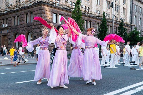 法輪功學員在基輔市中心舉辦活動,表演舞蹈。(明慧網)