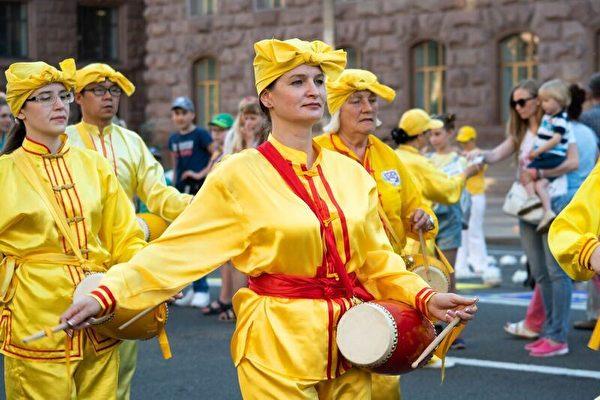 法輪功學員在基輔市中心舉辦活動,表演腰鼓舞。(明慧網)