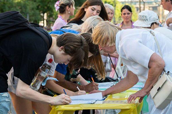 基輔市中心,民眾簽名聲援反迫害。(明慧網)