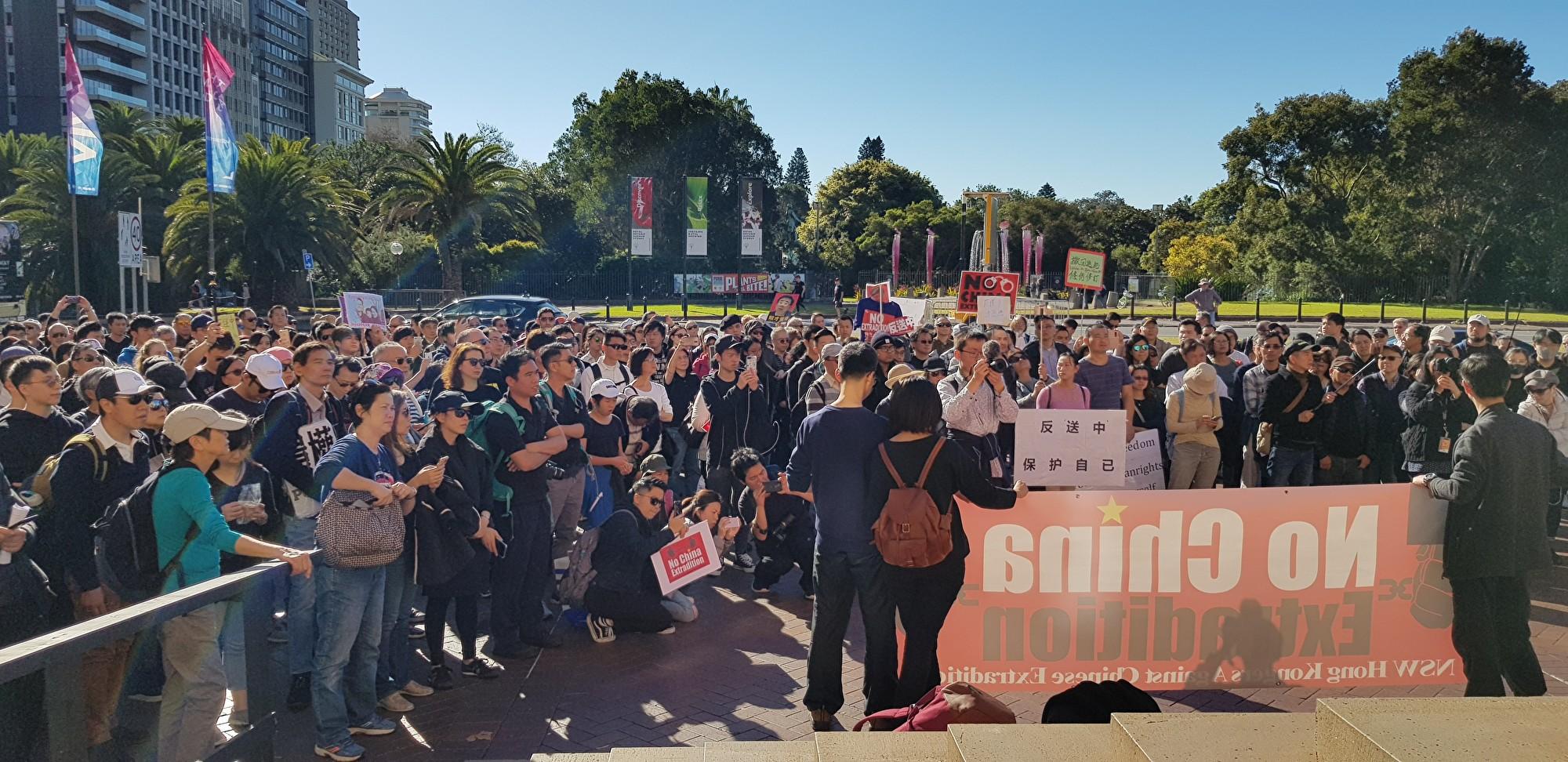澳新州兩千多人在州立圖書館前的集會。(駱亞/大紀元)