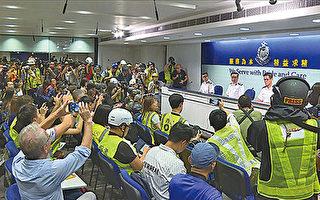 抗议港警滥用暴力 记者戴头盔出席记者会