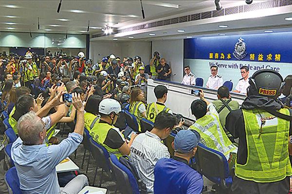 抗議港警濫用暴力 記者戴頭盔出席記者會