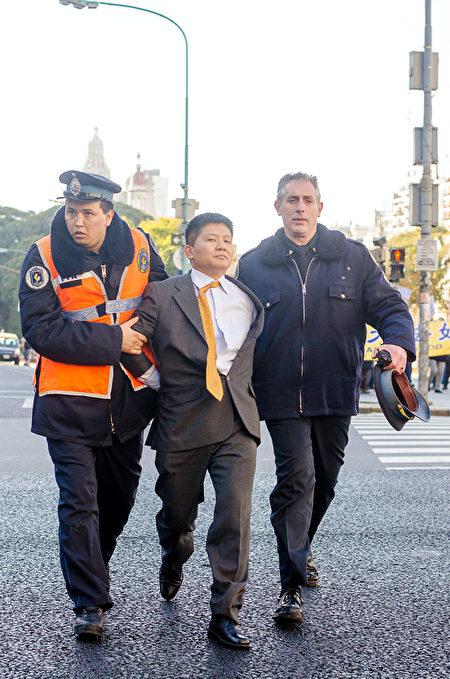 阿根廷警方逮捕中共大使館的一名官員。(明慧網)