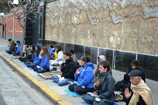 寒冬中,阿根廷學員在中使館前抗議中共對法輪功的迫害。(明慧網)