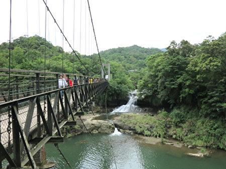 走过一座弯弯的圆拱桥,观赏十分瀑布必走的大吊桥便出现了。