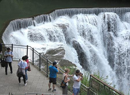 高处观赏飞腾云瀑,流泄在游客身边,让人看得惊奇连连。