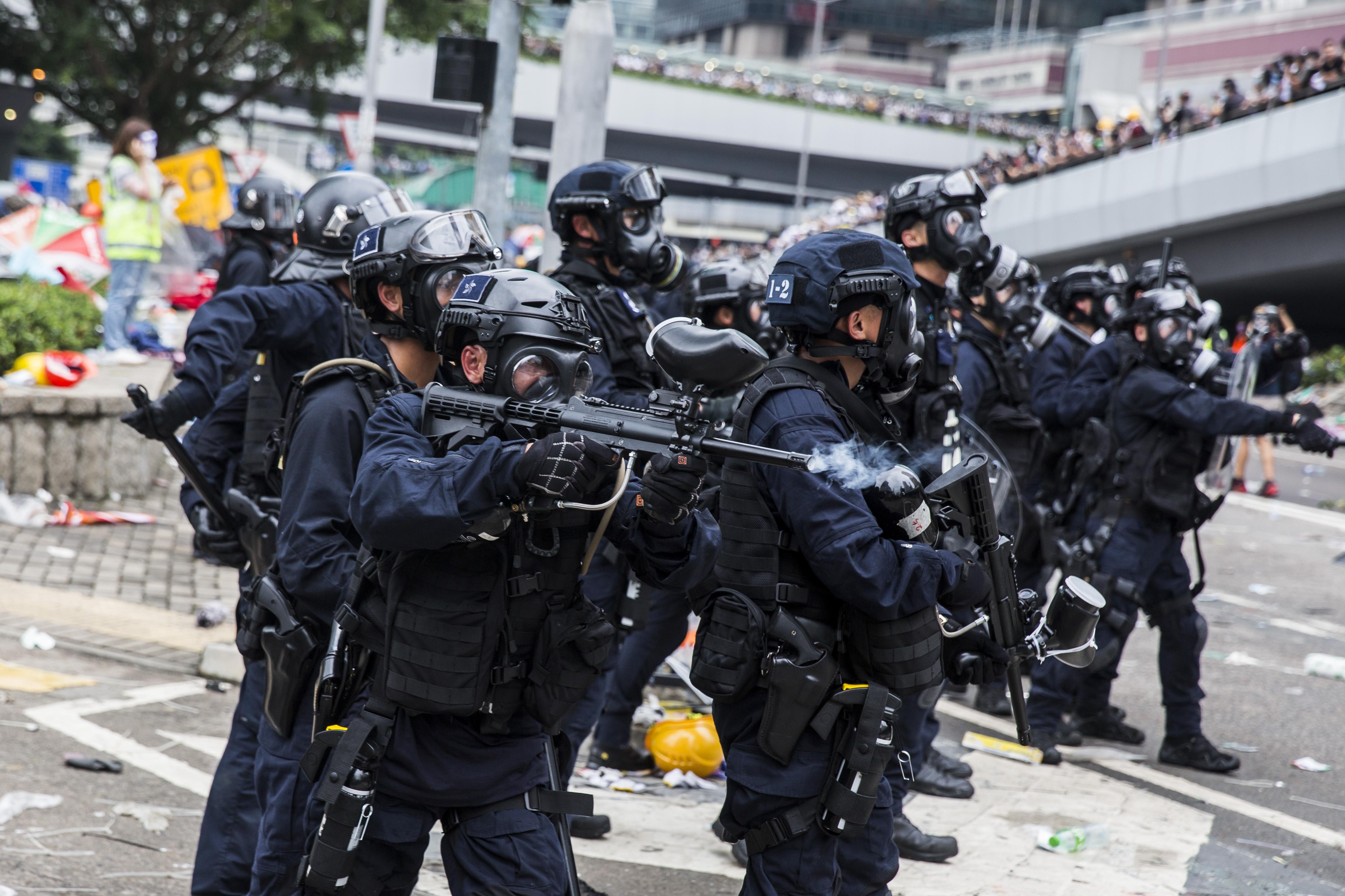 6月12日下午香港警民間爆發數次衝突,警方更一度對民眾開槍,多人受傷送醫。(Getty Image)