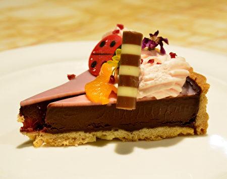 粉红巧克力派,内馅使用比利时64%苦甜巧克力与覆盆子粒,表面淋上一层红宝石(Ruby)巧克力。
