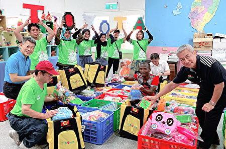 青年志工也在现场实际的整理、清洁并挑选属意玩具,打包放入自己服务背包内。