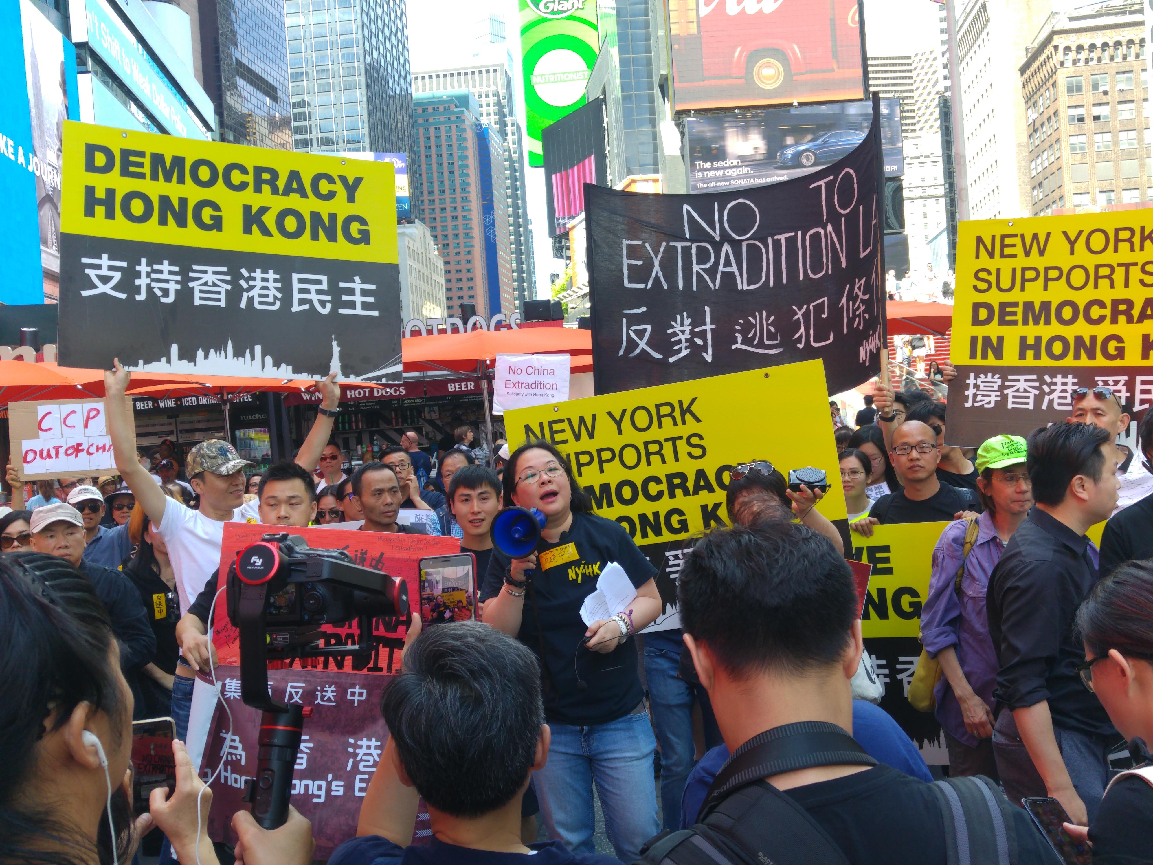 紐約港人聚集時代廣場聲援香港反「送中」法律。中間持話筒者為活動發言人楊錦霞博士。(王黎維/大紀元)