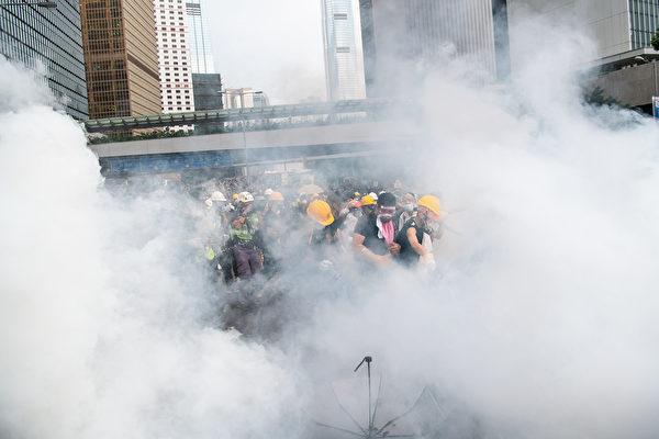 港警發逾150枚催淚彈 反送中登時代封面