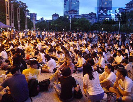 """在高雄的香港学生与香港民众抗争同步,发起""""反对逃犯条例""""集会,共同表达香港人抗议逃犯条例的心声。"""