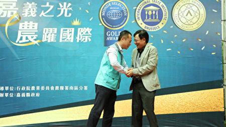 嘉義縣長翁章梁(左)感謝旺萊山董事長劉家發,其為嘉義農產品加工所做的貢獻。