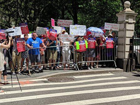 超过100位家长在市政厅门口示威,要求纽约市教育总监卡兰萨(Richard Carranza)下台。