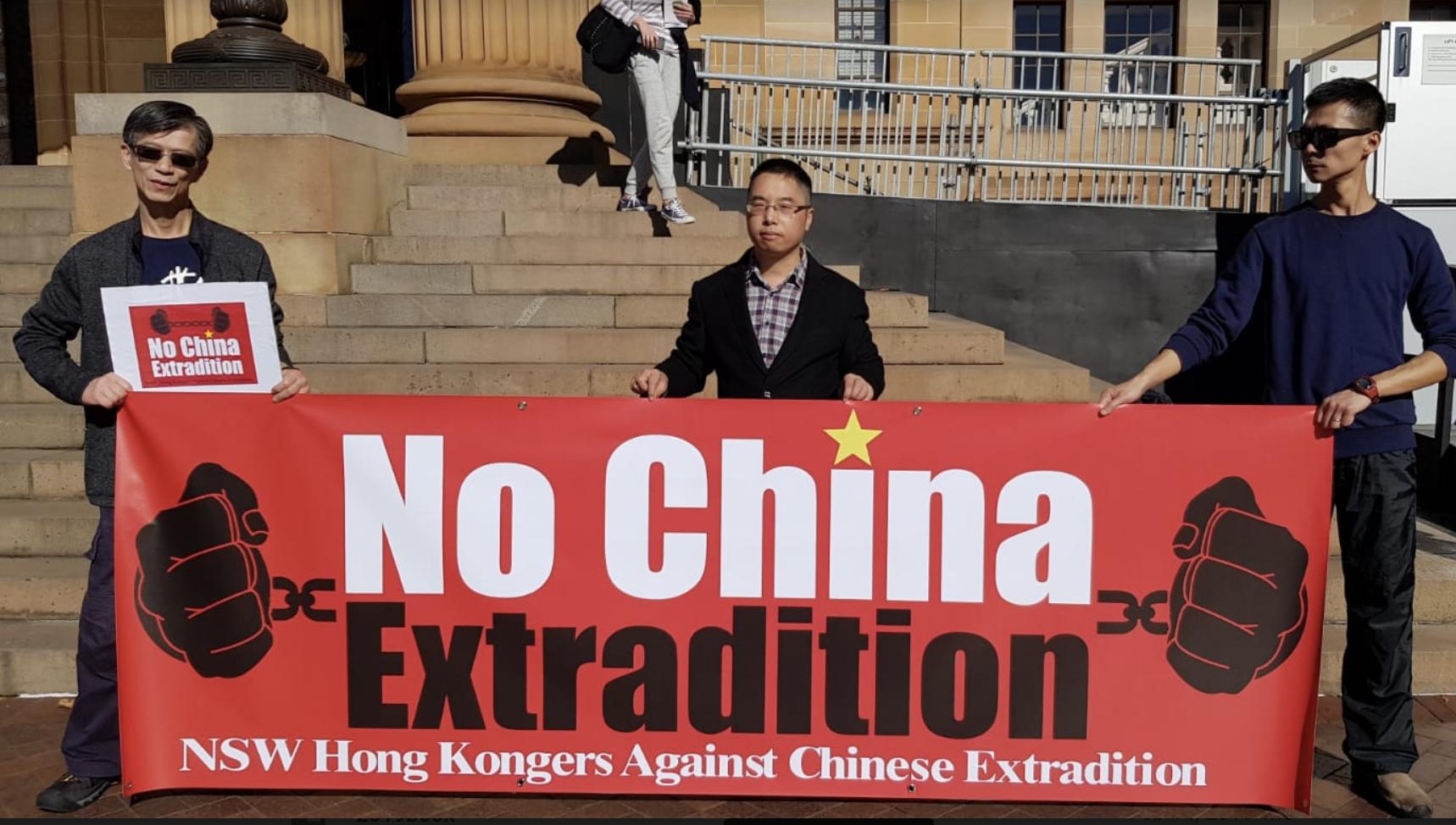 正在澳洲的大陸法學教授吳耀俊到現場聲援香港反送中條例。(駱亞/大紀元)