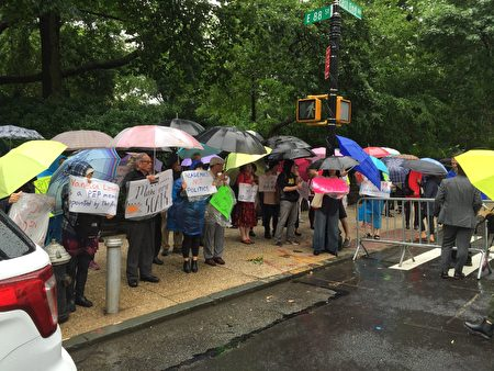 6月13日纽约一些亚裔家长冒雨在市长官邸外抗议取消特殊高中考试计划。