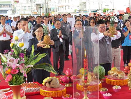總統蔡英文(左)為中壢一號社會住動土獻果。