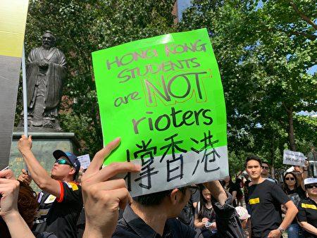 上千旅居紐約的香港人和支持者在華埠孔子大廈前舉行集會,聲援香港人要求撤回「送中」條例。(林丹/大紀元)