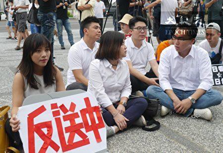 """多位高雄市议员到场力挺学生,支持""""反送中""""。图第一排左起:黄捷、陈慧文、林智鸿;后排:黄文志、邱俊宪。"""