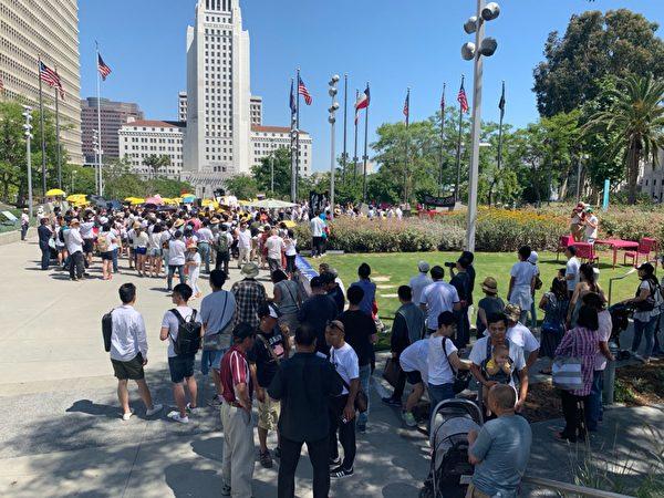 民眾在洛杉磯市政廳前的格蘭公園(Grand Park)集會抗議香港當局醞釀的引渡條例。(姜琳達/大紀元)