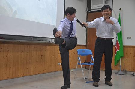 李有甫博士教导民众如何解决坐骨神经疼痛问题。